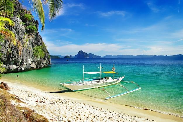 Tropischer kurzurlaub in palawan, el nido island hopping. philippinen, sieben comandos strand