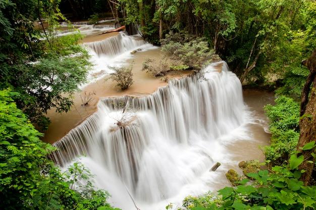 Tropischer regenwaldwasserfall