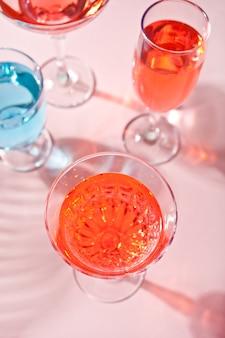 Tropischer rosa sommercocktail in einem anderen glas.
