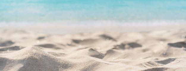 Tropischer schöner sandstrand und klares wasser mit kopienraum, sommerferien-webbanner