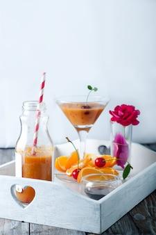Tropischer smoothie in glasflaschen