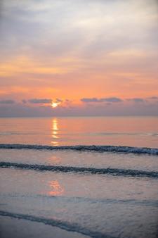 Tropischer sonnenaufgang auf dem strand in sam roi yot national park, thailand.