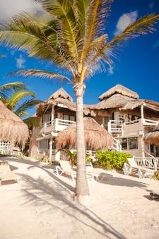Tropischer sonniger strand im schönen exotischen erholungsort