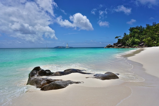 Tropischer strand anse georgette auf praslin island, seychellen