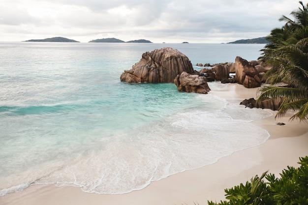 Tropischer strand auf der insel la digue, seychellen