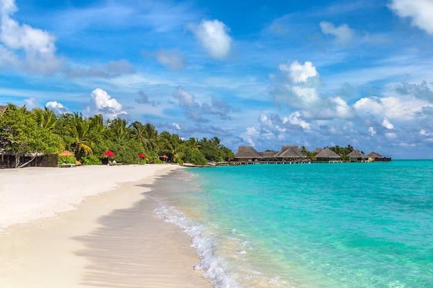 Tropischer strand auf der malediven-insel