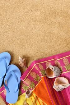Tropischer strand hintergrund mit handtuch und flip-flops