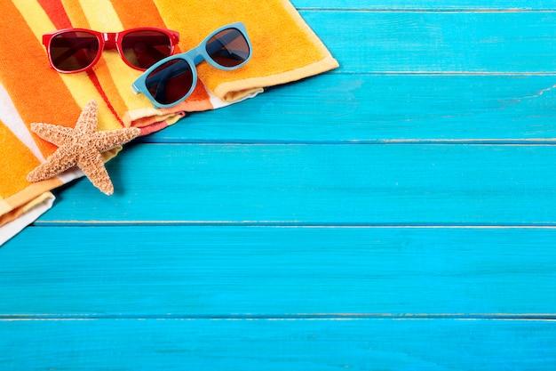 Tropischer strand hintergrund mit sonnenbrille