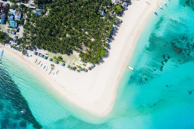 Tropischer strand in den philippinen, daku island