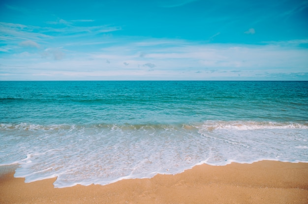 Tropischer strand in thailand. blick auf das strandufer, das meer und den himmel