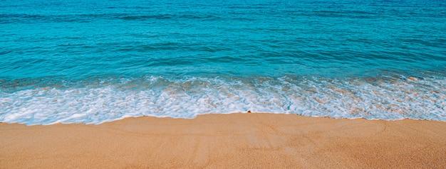 Tropischer strand in thailand. blick auf das strandufer und das meer