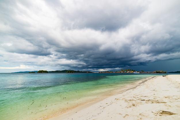 Tropischer strand, karibisches meer, transparentes türkiswasser, fern-togean-inseln, sulawesi, indonesien.