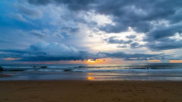 Tropischer strand mit bewölktem