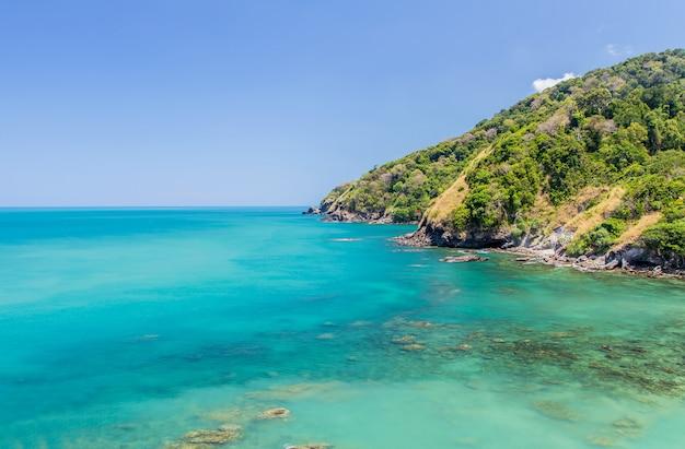 Tropischer strand mit blauem himmel, andamanensee, thailand