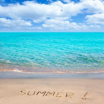 Tropischer strand mit dem sommerwort geschrieben in sand