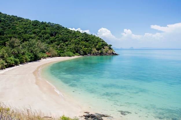 Tropischer strand mit meerblauem himmel, andamanensee, koh lanta, krabi, thailand