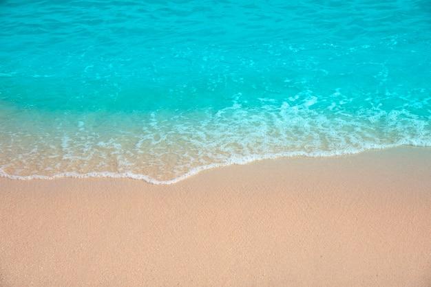 Tropischer strand mit türkisfarbenem wasser und feinem sand
