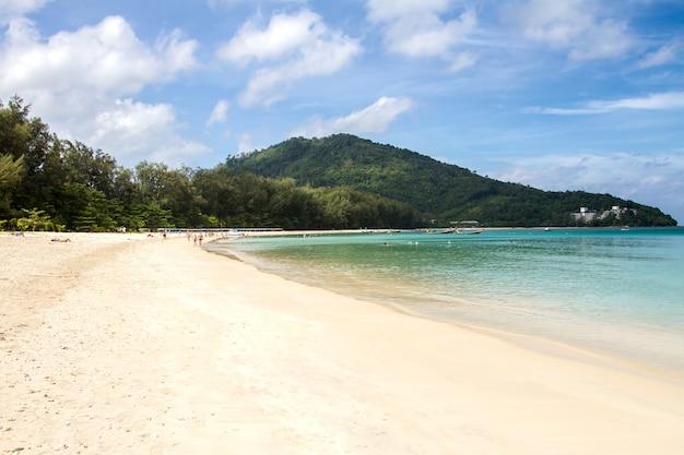 Tropischer strand mit weicher welle auf blauem meer und himmel