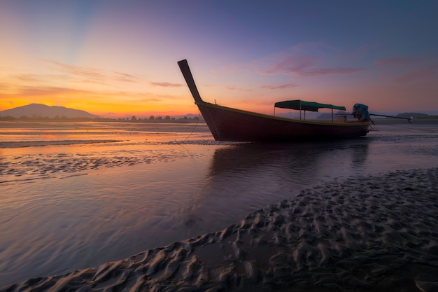 Tropischer strand, traditionelles boot des langen schwanzes in andaman-see, thailand