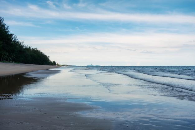 Tropischer strand und blauer himmel im meer am golf von thailand