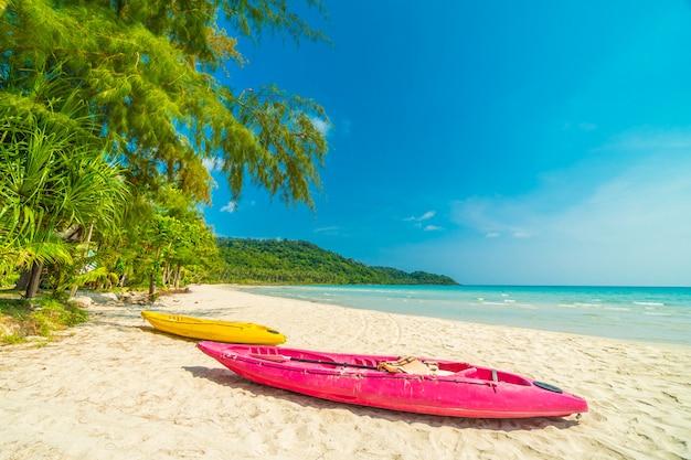 Tropischer strand und meer der schönen natur mit kokosnusspalme auf paradiesinsel