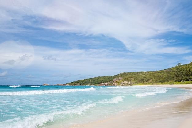 Tropischer strand und seeufer auf der insel mahe, seychellen