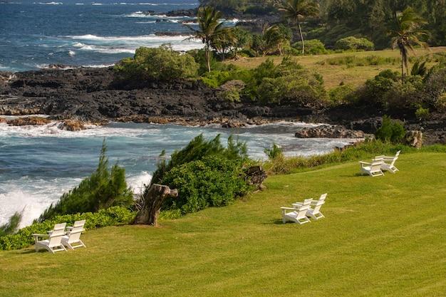 Tropischer strandhintergrund mit blauem meer. urlaub oder entspannung im sommerkonzept.