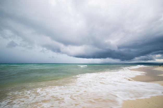 Tropischer sturm an der indonesischen küste