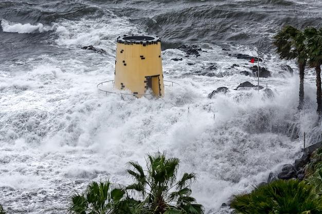 Tropischer sturm trifft den aussichtsturm auf dem gelände des savoy hotel funchal madeira
