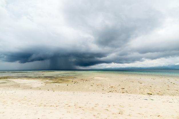 Tropischer sturm vor der küste an der indonesischen küste