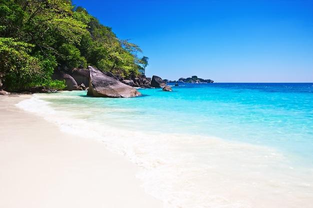 Tropischer weißer sandstrand mit blauem himmel. similan inseln, thailand, phuket