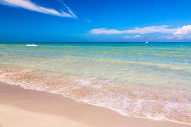 Tropischer wunderbarer strand von varadero in kuba mit segelboot an einem sonnigen tag mit türkisfarbenem wasser