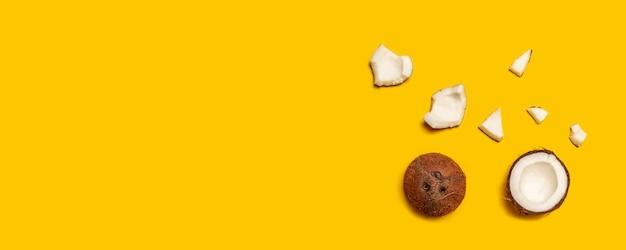 Tropisches abstraktes kokosnussmuster auf gelb