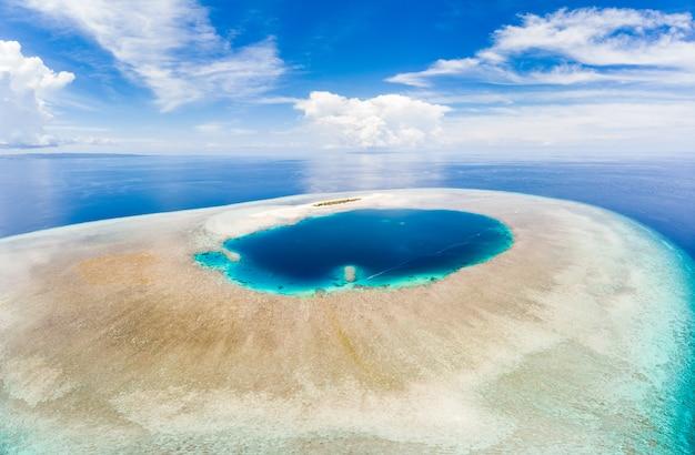 Tropisches atoll mit korallenriff