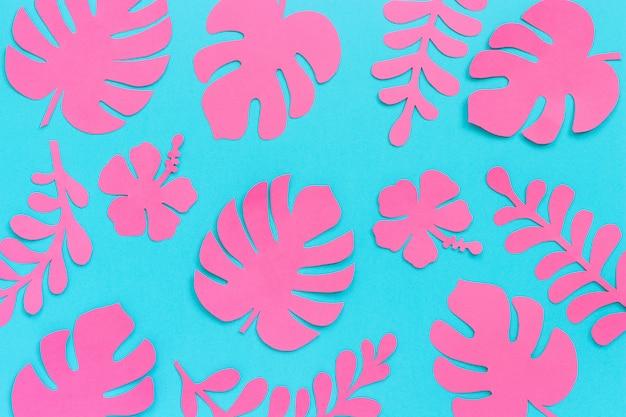 Tropisches blattmuster. modische rosafarbene tropische blätter des papiers auf blauem hintergrund.