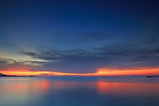 Tropisches blaues meer und himmel bei sonnenuntergang