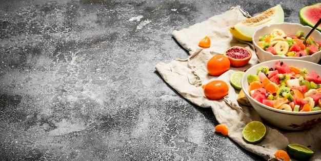 Tropisches essen ein tropischer obstsalat auf rustikalem hintergrund
