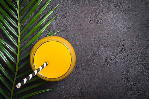 Tropisches exotisches getränk und palmenniederlassung