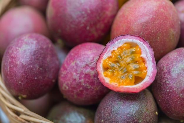 Tropisches gesundes saftlebensmittel der maracuja hohe nahrung und vitamin a