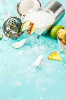 Tropisches getränk, gefrorene kokosnuss-ananas-margaritas, gefrorenes pina colada