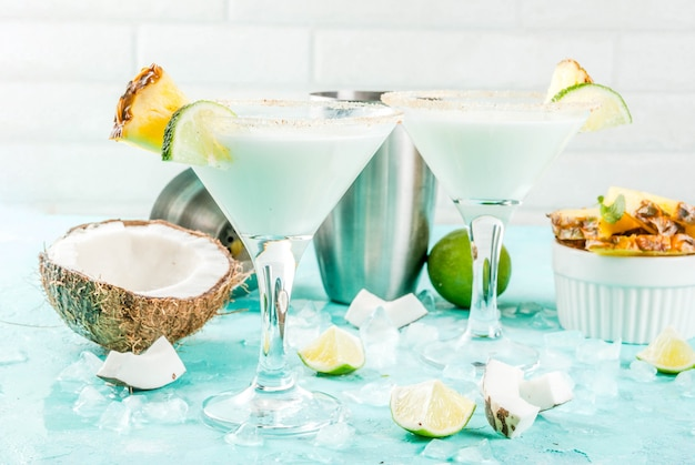 Tropisches getränk, gefrorene kokosnuss-ananas-margaritas