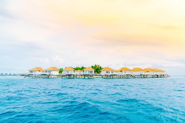 Tropisches malediven resort hotel und insel mit strand und wunderschönem himmel