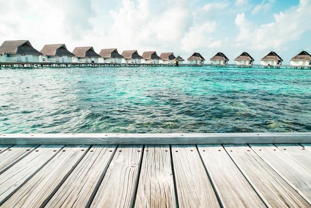 Tropisches malediven-urlaubshotel und -insel mit strand und meer für feiertagsferienkonzept