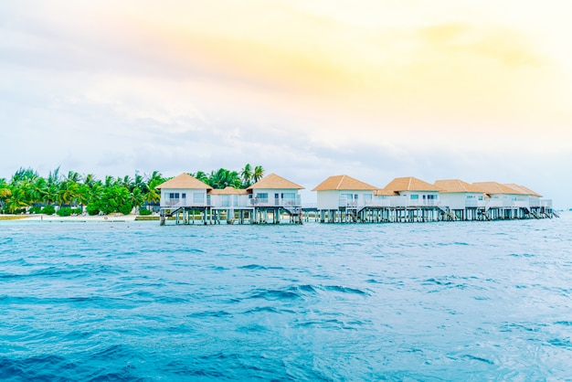 Tropisches malediven-urlaubshotel und -insel mit strand und schönem himmel