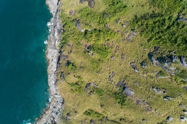 Tropisches meer mit der welle, die auf der oberseite des küsten- und gebirgsvogelperspektive-brummens abwärts zusammenstößt, sehen an