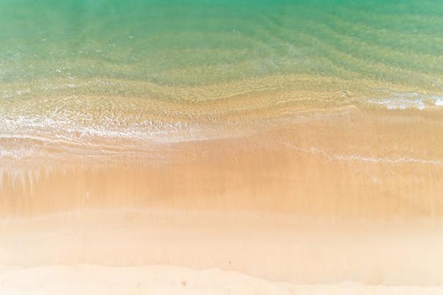 Tropisches meer mit der welle, die auf draufsicht des strandvogelperspektive-brummenschusses zusammenstößt