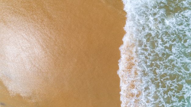 Tropisches meer mit der welle, die auf strandvogelperspektive-brummenschuß zusammenstößt