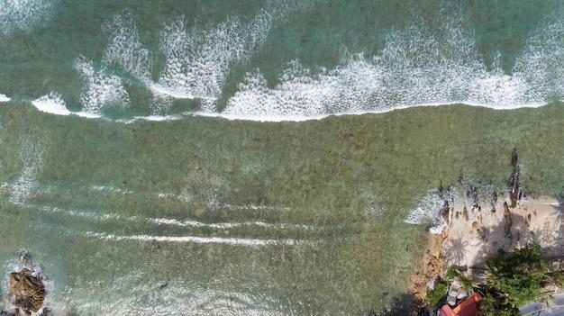 Tropisches meer mit der welle, die auf strandvogelperspektivenbrummen schießt, schoss