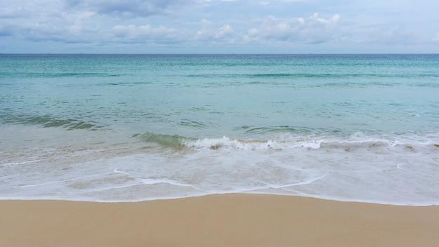 Tropisches meer mit sandstrand in phuket thailand
