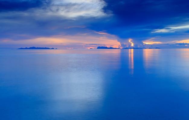 Tropisches meer und himmel in der abenddämmerung
